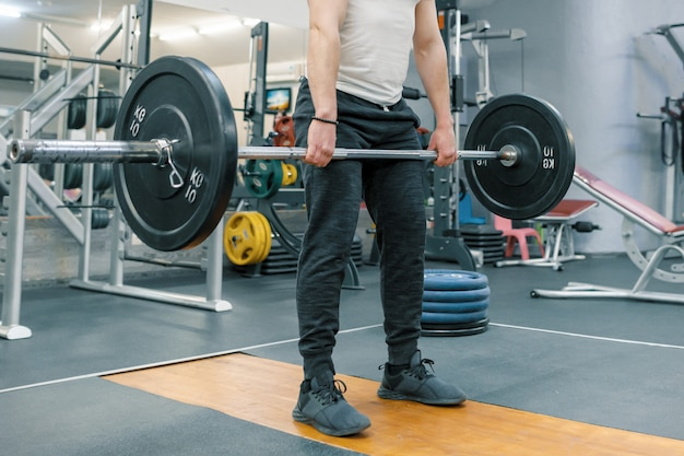 Closeup de homem exercitar com barra