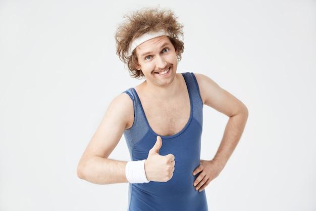 Closeup de homem mostrando o polegar para cima gesto, sorrindo