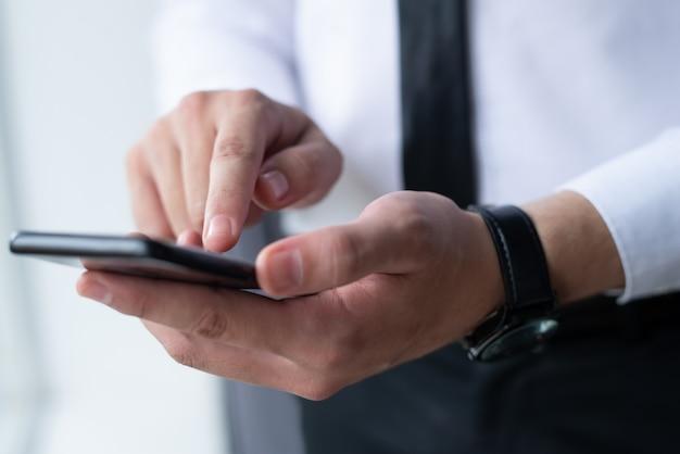 Closeup, de, homem negócio, networking, ligado, smartphone