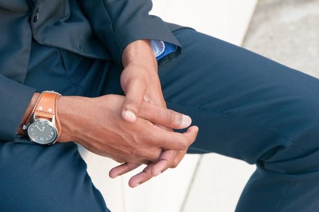 Closeup, de, homem negócios, apertou mãos