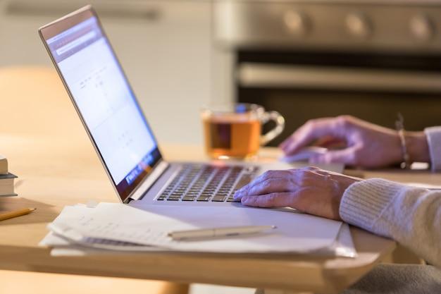 Closeup de homem trabalhando em casa usando laptop, usando o mouse do computador