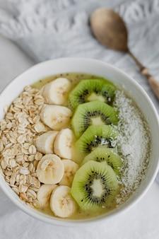 Closeup de ideia de receita de tigela de aveia saudável para o café da manhã