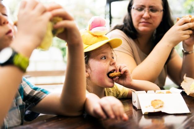 Closeup, de, jovem, caucasiano, crianças, comer, lanches
