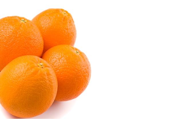 Closeup de laranjas frescas no fundo branco