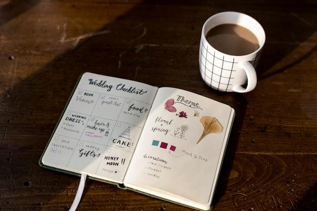 Closeup, de, lista de verificação casamento, caderno, ligado, madeira, tabel