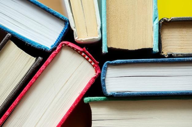 Closeup de livros antigos conceito educacional, acadêmico e literário