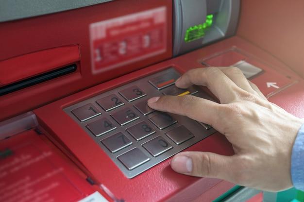 Closeup, de, macho, mãos, apertando, a, atm, epp, teclado, negócio, tecnologia, operação bancária, conceito