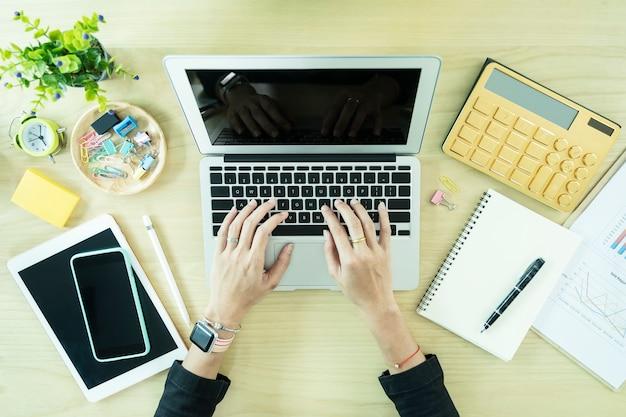 Closeup, de, mão, trabalhando, com, laptop