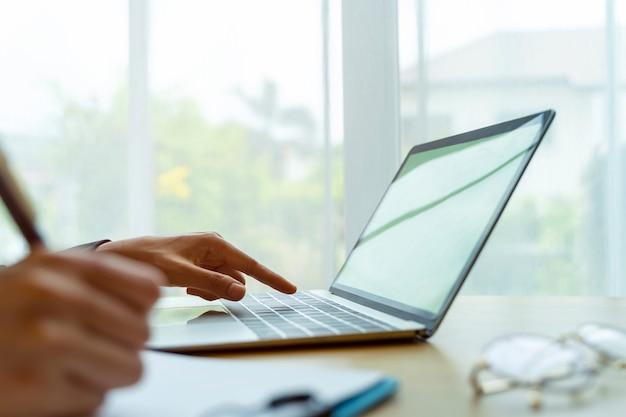 Closeup, de, mãos, de, pessoas negócio, trabalhando, com, laptop, ligado, tabela, em, escritório