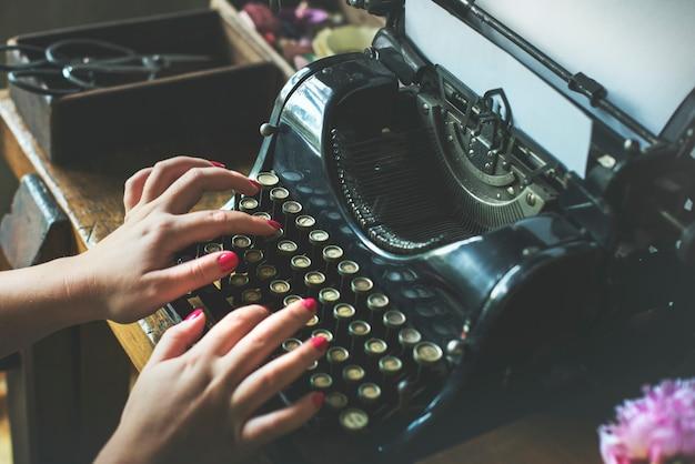 Closeup, de, mãos, digitando, retro, clássico, typewriter
