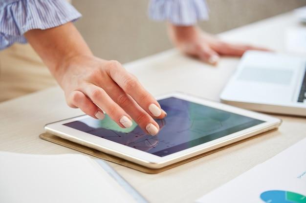 Closeup de mãos dimensionando o mapa no tablet pc