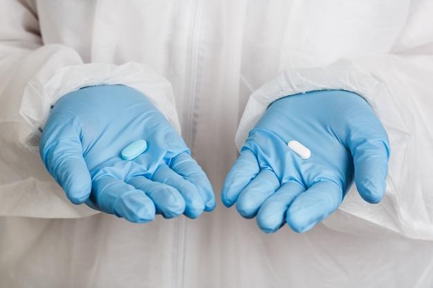 Closeup de mãos em luvas com tablet