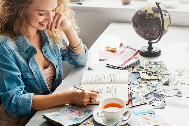 Closeup de mãos escrevendo um diário