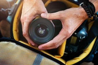 Closeup, de, mãos, obtendo, lente câmera, de, saco