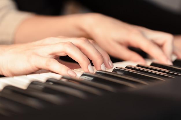 Closeup de mãos tocando piano. conceito de música e hobby