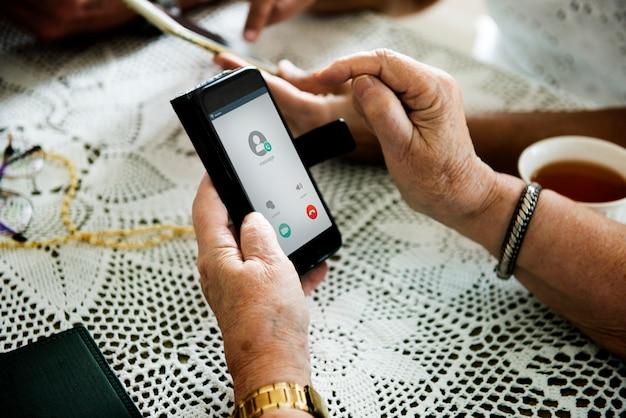 Closeup, de, mãos, usando, telefone móvel