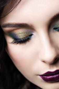 Closeup de maquiagem de olho colorido.