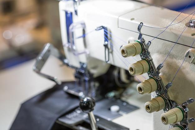 Closeup de máquina de costura ou overlock, indústria de tecidos