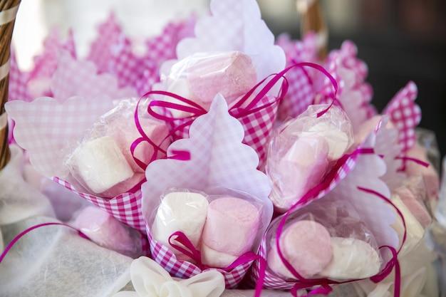 Closeup de marshmallows em embalagens sob as luzes com um fundo desfocado