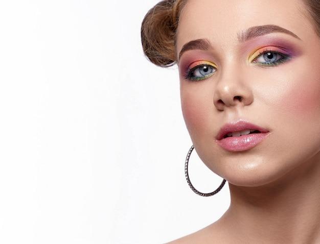 Closeup de menina com sombras brilhantes e batom rosa