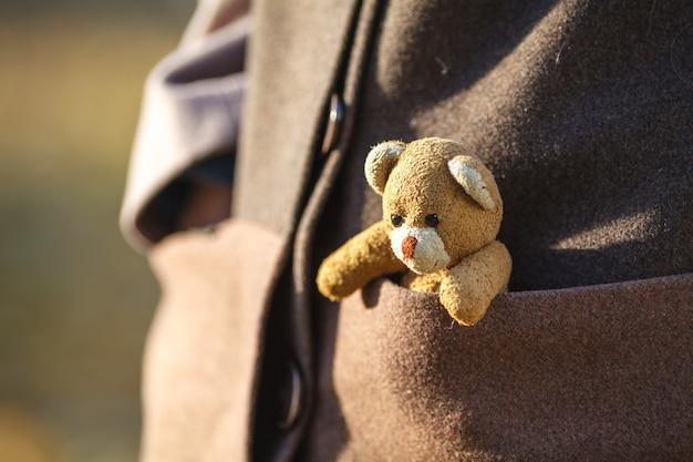 Closeup de menina com ursinho de pelúcia