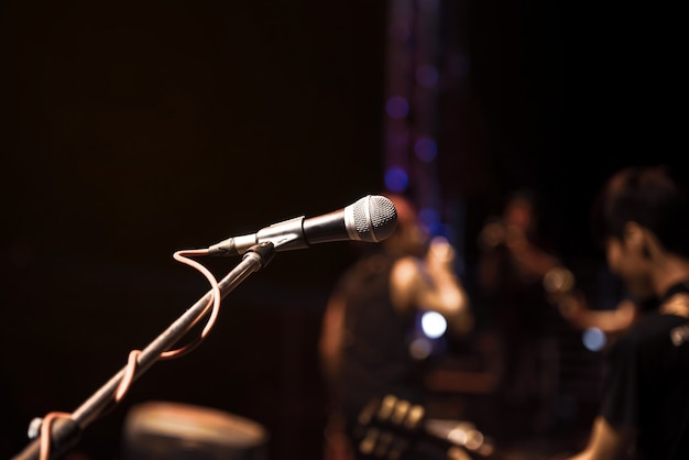 Closeup de microfone no músico