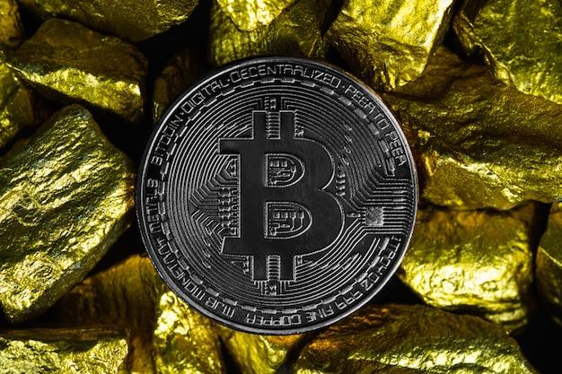 Closeup de moeda digital bitcoin e pepita de ouro ou minério de ouro