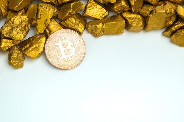 Closeup de moeda digital bitcoin e pepita de ouro