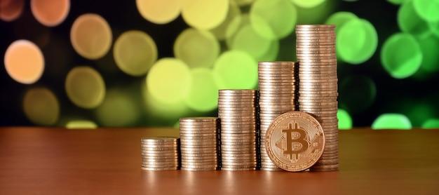 Closeup de moeda digital bitcoin e pilhas de dinheiro de moedas