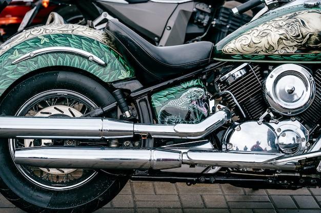 Closeup de moto com muitos detalhes de cromo. motor de superfície reflexivo brilhante da motocicleta poderosa moderna da estrada do desempenho com tubos de escape. impulsionando a indústria. tecnologias de veículos de duas rodas