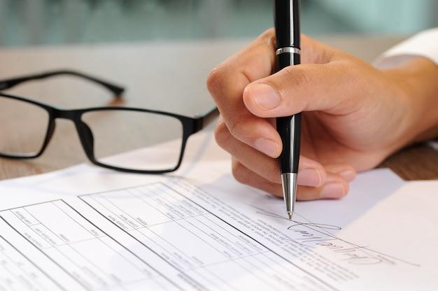 Closeup, de, mulher, assinando documento