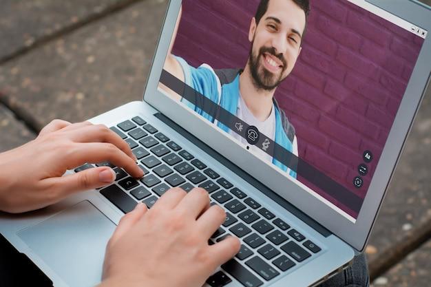 Closeup de mulher conversando on-line com a amiga dela