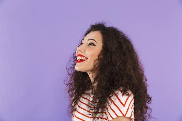 Closeup de mulher jovem e atraente com cabelos cacheados no verão desgaste rindo e olhando de lado