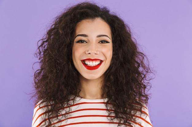 Closeup de mulher jovem e bonita com cabelos cacheados no verão desgaste sorrindo para você