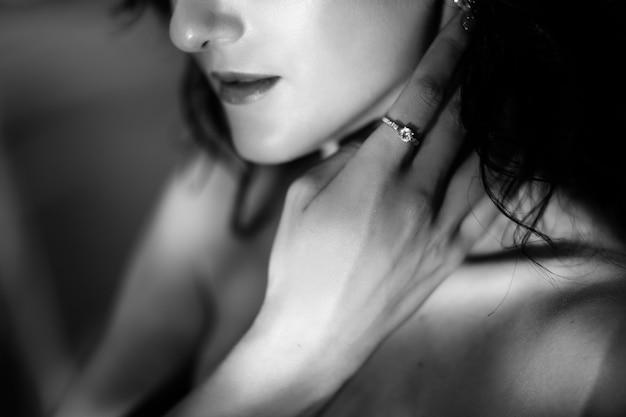 Closeup, de, mulher, mãos, mentindo, ligado, dela, ombros, e, peito