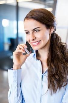 Closeup, de, mulher negócio, falando telefone móvel, em, escritório