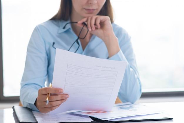 Closeup, de, mulher segura, e, leitura, documento