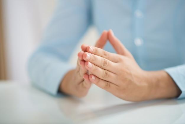 Closeup, de, mulher senta-se mesa, e, mãos dadas, junto
