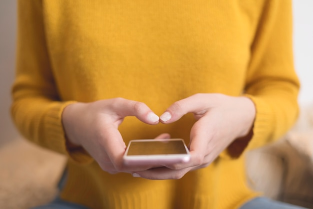 Closeup, de, mulher, texting, com, smartphone