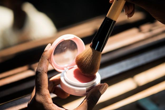 Closeup de mulher usando blush na