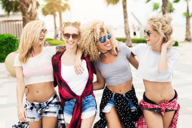 Closeup de mulheres bonitas com roupa de verão stolling na beira-mar