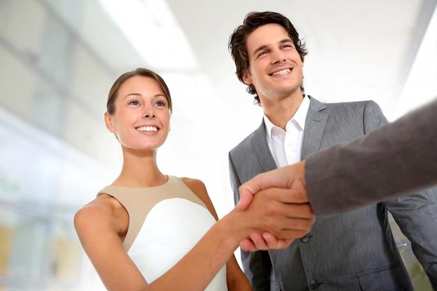 Closeup, de, negócio, parceria, aperto mão