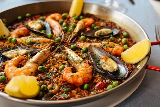 Closeup de paella de prato de arroz nacional espanhol com frutos do mar em uma panela