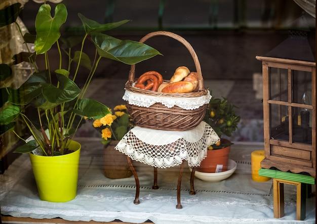 Closeup de pães em uma cesta decorativa na mesa