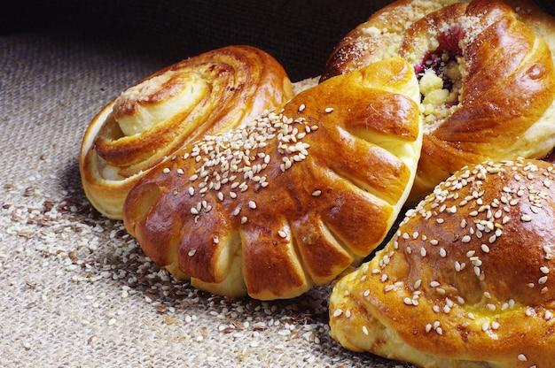 Closeup de pãezinhos doces com sementes de linho