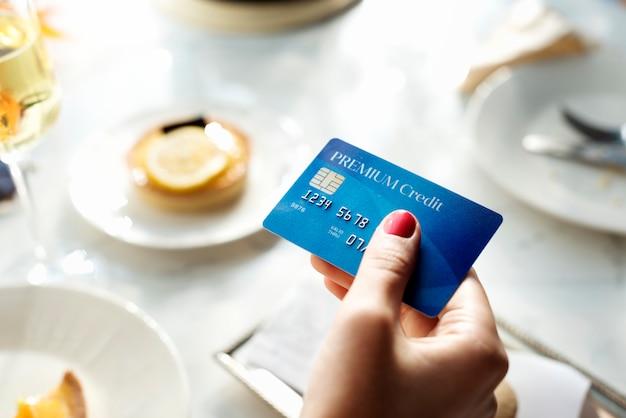 Closeup, de, passe segurar, cartão crédito