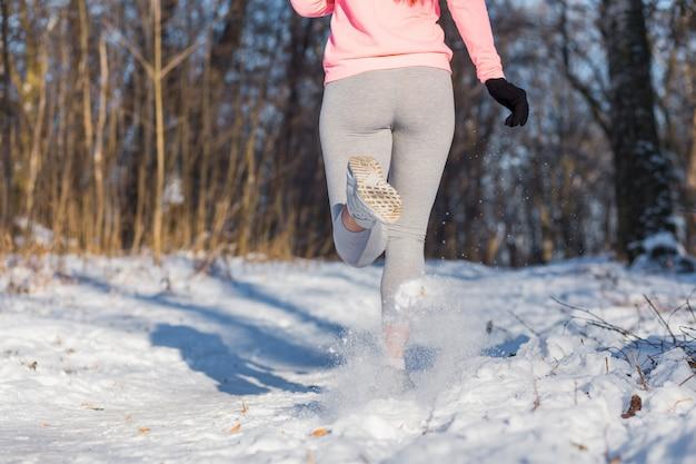 Closeup de pernas de mulher, indo para esportes
