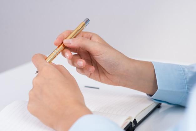 Closeup de pessoa de negócios, segurando a caneta e planejamento