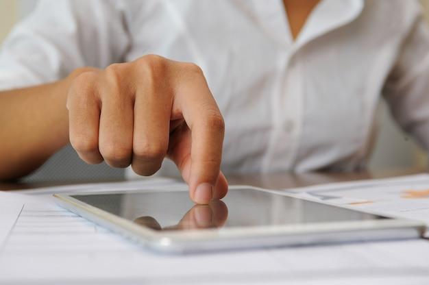 Closeup, de, pessoa, tocando, ligado, touchscreen