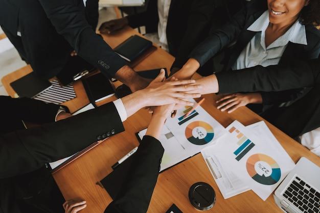 Closeup de pessoas de negócios é leigos mãos uns aos outros